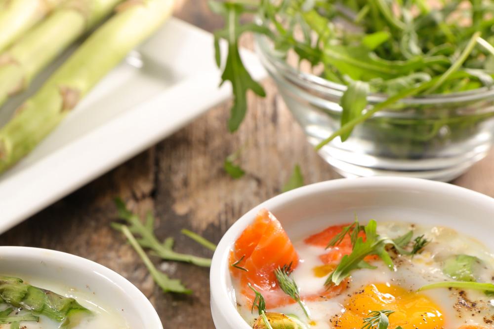 Oeufs cocotte, asperges et saumon fumé